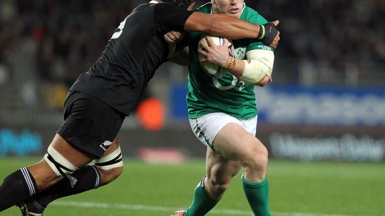 Cian Healy tente d'échapper à un placage néo-zélandais (MICHAEL BRADLEY / AFP)