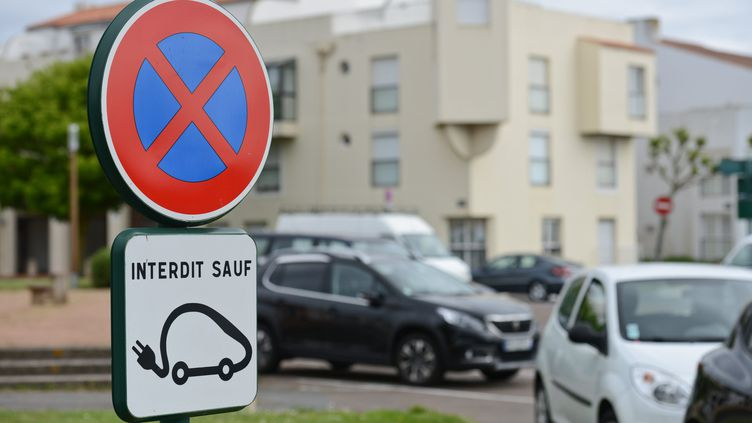 Un panneau de signalisation en faveur du stationnement pour les véhicules électriques. Image d'illustration. (JEAN-LUC FL?MAL / MAXPPP)