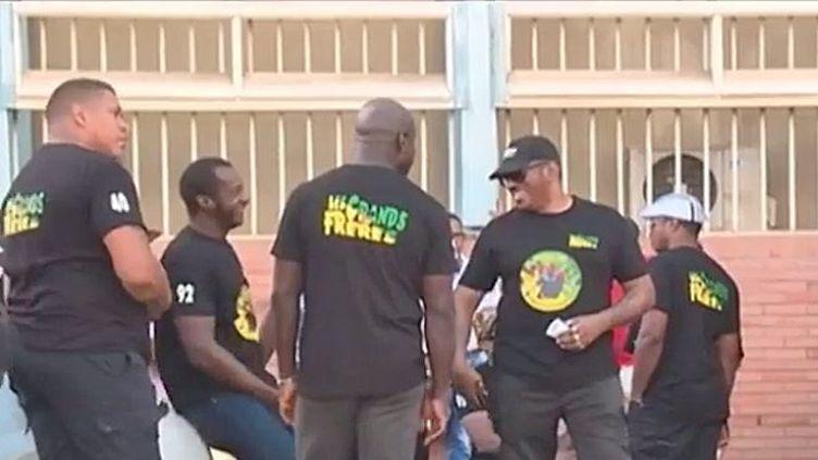 """Des """"Grands frères"""" devant la Préfecture de Cayenne, le 3 août 2017 (GUYANE 1ERE)"""