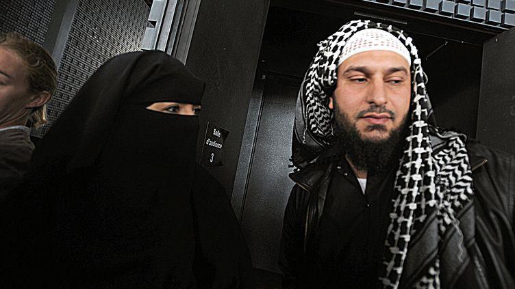 Sandrine Moulères et son mari Liès Hebbadj à la sortie du tribunal de Nantes (Loire-Atlantique), le 28 juin 2010. (FRANK PERRY / AFP)