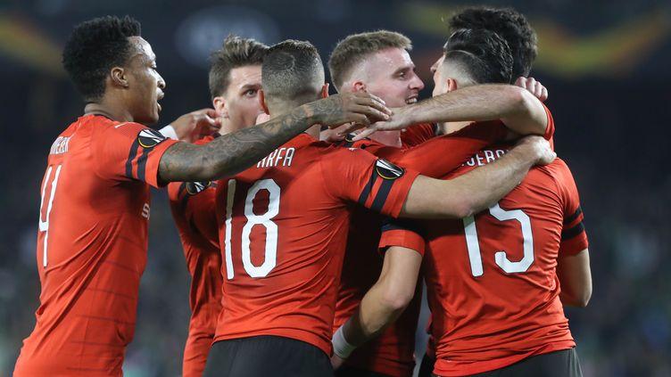 Les Rennais célèbrent leur premier but contre le Betis Séville, le 21 février 2019 à Séville (Espagne). (LAURENT LAIRYS / AFP)