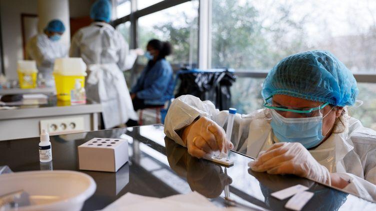 Un test antigénique du Covid-19 réalisé dans un lycée de Saint-Denis (Seine-Saint-Denis), jeudi 21 janvier 2021. (THOMAS SAMSON / AFP)
