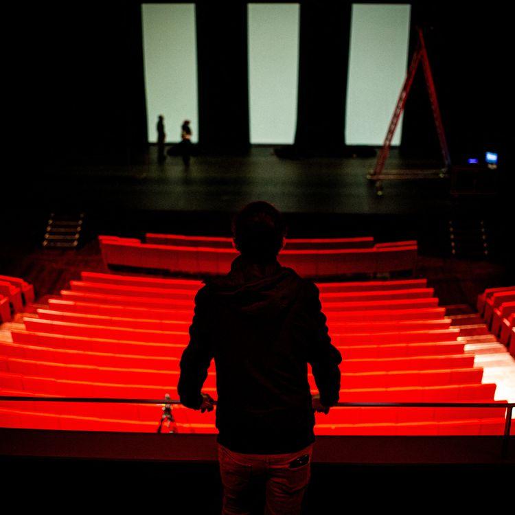 Un régisseur et des techniciens préparent la salle de concert avant un spectacle destiné à être diffusé sur les réseaux sociaux au théâtre de l'Archipel à Perpignan (Pyrénées-Orientales) le 8 janvier 2021. (IDHIR BAHA / HANS LUCAS / AFP)
