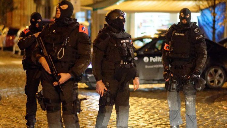 La police intervient dans un périmètre de sécurité, le 22 novembre 2015, à Molenbeek-Saint-Jean, à Bruxelles (Belgique). (CITIZENSIDE/OLIVIER GOUALLEC / AFP)