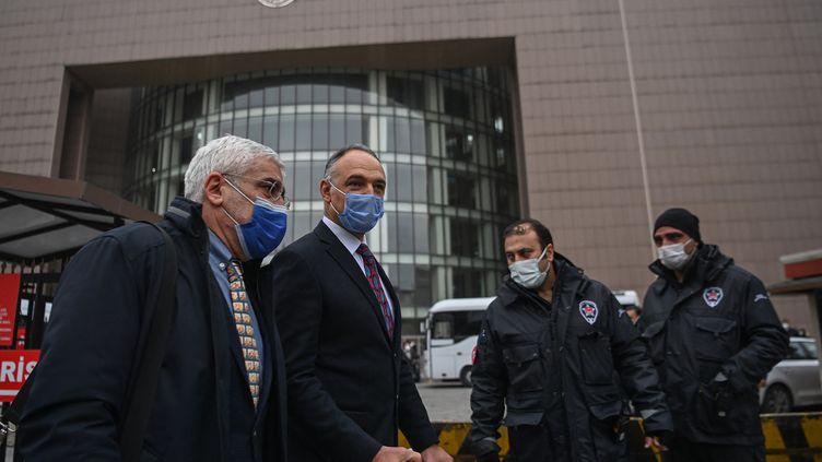 Le pilote Noyan Pasin (à droite), accusé d'avoir aidé Carlos Ghosn dans sa fuite du Japon, se rend au tribunal d'Istanbul accompagné de son avocat, le 24 février 2021. (OZAN KOSE / AFP)
