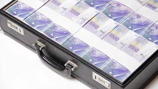 Une valise de billets en francs suisses, symbole du secret bancaire si bien gardé à Genève, mais aussi à Hong Kong ou Singapour (MICHAELA BEGSTEIGER / IMAGEBROKER RF)