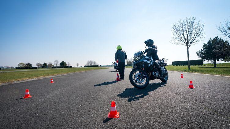 Le passage entre les cônes, un exercice de base pour travailler le regard. (FLORIAN LÉGER FONDATION BMW POUR FRANCE INFO)