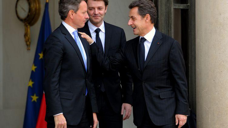 Le secrétaire d'Etat au Trésor américain, Timothy Geithner (à gauche), avec son homologue français François Baroin et le président Nicolas Sarkozy, à l'Elysée, le 7 décembre. (PHILIPPE WOJAZER/AFP)