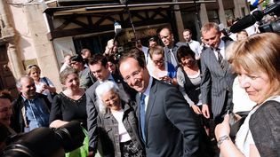 François Hollande prend un bain de foule à Tulle (Corrèze), le 11 mai 2012. (JEAN-PIERRE MULLER / AFP)
