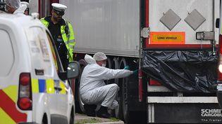 Des membres de la police scientifique britannique inspectent le camion dans lequel 39 migrants ont été retrouvés morts, le 23 octobre 2019 à Grays, à l'est de Londres. (BEN STANSALL / AFP)