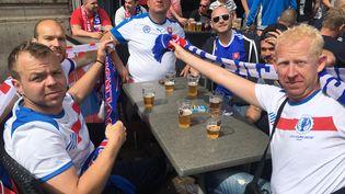 Des supporters slovaques à la terrasse d'un café à Lille, le 15 juin 2016, avant le match de l'Euro Russie-Slovaquie. (FABIEN MAGNENOU / FRANCETV INFO)