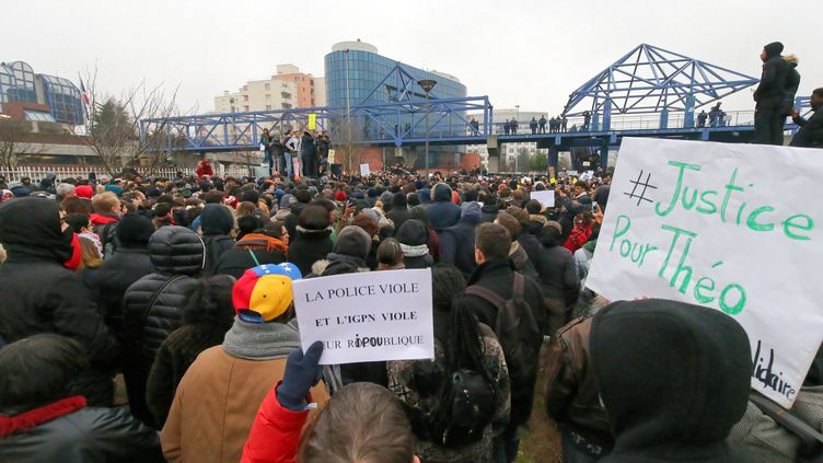 Des milliers de personnes manifestent à Bobigny (Seine-Saint-Denis) pour protester contre les violences policières, le 11 février 2017. (MICHEL STOUPAK / CITIZENSIDE / AFP)