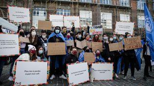 Des étudiants manifestent à Bruxelles, le 1er mars 2021. (ARIS OIKONOMOU / AFP)