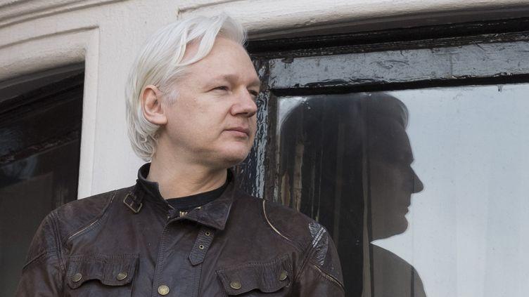 Le cofondateur de WikiLeaks sur le balcon de l'ambassade d'Equateur à Londres (Royaume-Uni), le 19 mai 2017. (ALEX MCNAUGHTON / SPUTNIK)