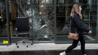 """Une vitrine endommagée, à Paris, au lendemain de la mobilisation des """"gilets jaunes"""", le 2 décembre 2018. (GEOFFROY VAN DER HASSELT / AFP)"""