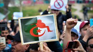 Dans la cité phocéenne, certains opposants au président ont brandi des pancartes s'inspirant de ses dernières apparitions publiques, où il s'est toujours montré sur son fauteuil roulant. (GERARD JULIEN / AFP)