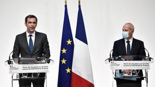 Olivier Véran et Jérôme Salomon participent à une conférence de presse sur l'épidémie de Covid-19, le 5 novembre 2020, à Paris. (STEPHANE DE SAKUTIN / AFP)