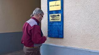 Installé à Waldwisse depuis le 1er janvier 1978, le médecin Jean-Claude Courte dévisse finalement la plaque de son cabinet, à contre-cœur. (FABIEN MAGNENOU / FRANCEINFO)