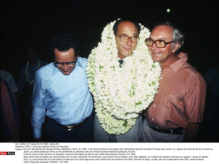 Jacques Chirac et Gaston Flosse (à droite), en octobre 1985, à Tahiti. (PINSON CHRISTIAN/SIPA)