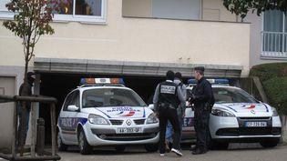 Des policiersdéployés dans le cadre d'un précédent coup de filet antiterroriste, à Torcy (Seine-et-Marne), le 10 octobre 2012. (MAXPPP)