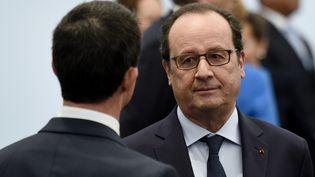 Le Premier ministre Manuel Valls (de dos) et le président François Hollande, le 30 novembre 2015 au Bourget, lors de la COP21. (MARTIN BUREAU / POOL / AFP)