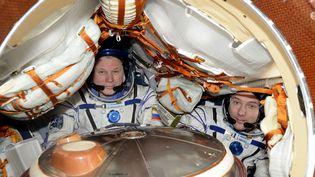 Thomas Pesquet et Oleg Novitsky dans leur capsule de descente Soyouz, le 2 juin 2017.  (PESQUET/ ESA / NASA / SIPA)