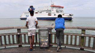 Des migrants érythréens regardent un ferry qui arrive au port de Calais (Pas-de-Calais), le 04 août 2019. (DENIS CHARLET / AFP)