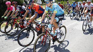 Le coureur danoisJakob Fuglsang (formationAstana), au premier plan, durant la 4e étape du Tour de France 2018, entre La Bauleet Sarzeau, le 10 juillet. (BETTINI LUCA / BETTINIPHOTO / AFP)
