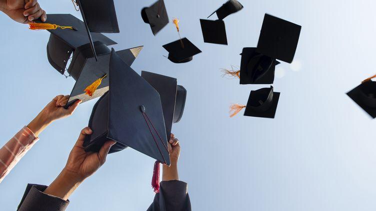 Les étudiants lancent traditionnellementen l'air leur chapeau de remise de diplômes pour fêter la fin du lycée. (photo d'illustration). (NAY NI RATN MAK CAN THUK / EYEEM / EYEEM)