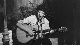 """Le chanteur-compositeur Philippe Chatel, lors de l'enregistrement de l'émission """"Numéro Un"""" du 10 janvier 1977. (JEAN PIERRE LETEUIL / INA)"""