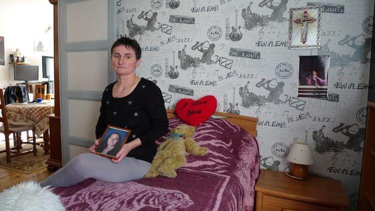 ÀParon, dans l'Yonne, Catherine Devallonné tient la photo de sa fille Sophie Lionnet, assassinée à Londres. (RADIO FRANCE / RENAUD CANDELIER)