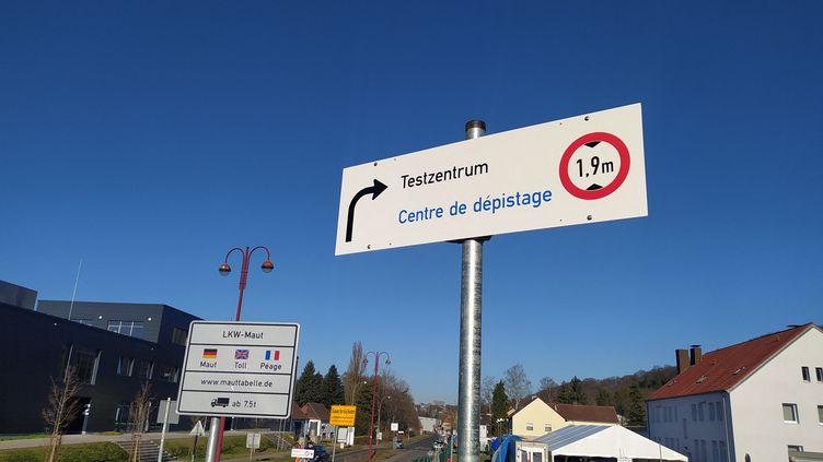 Panneau de test de dépistage Covid mis en place à la frontière franco-allemande Forbach - Sarrebruck, le 1er mars 2021. (NATACHA KADUR / RADIOFRANCE)
