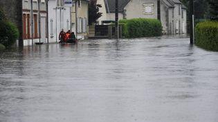 Une rue du village deFay-aux-Loges (Loiret) inondée le 31 mai 2016 après que le canal d'Oréans a débordé à cause des intempéries. (MAXPPP)