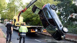 Une voiture retirée des eaux à Montpellier (Hérault), le 23 août 2015. Deux octogénaires y ont trouvé la mort. Leur véhicule a été emportée par les pluies torrentielles. (PASCAL GUYOT / AFP)