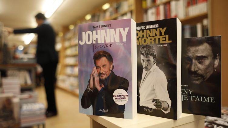 Des livres consacrés àJohnny Hallyday dans une librairieparisienne. (Olivier Corsan)