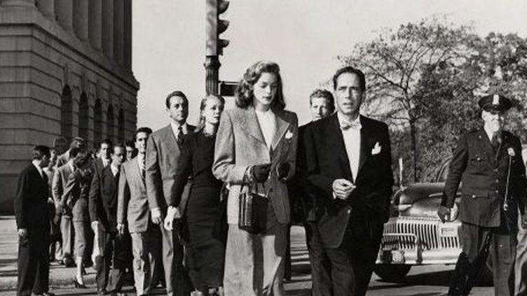 Lauren Bacall, Humphrey Bogart, avec d'autres acteurs, devant la commission des activités anti-américaines, défendent les acteurs ou scénaristes mis en cause par le maccarthysme   . (KOBAL / THE PICTURE DESK)