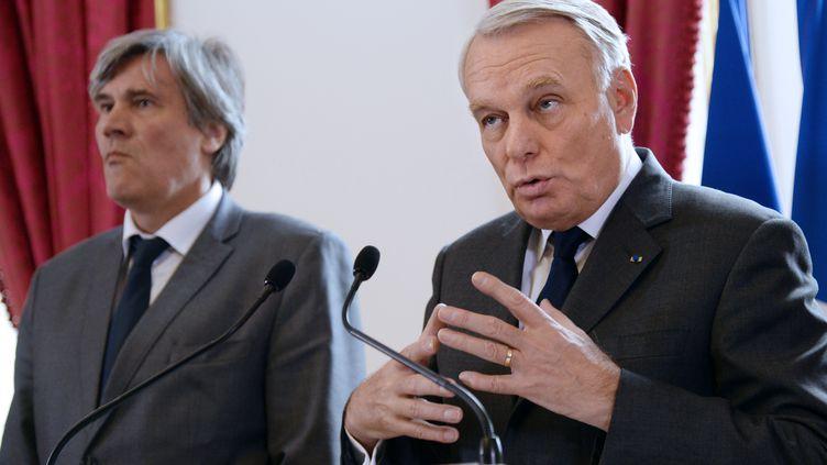 Stéphane Le Foll (G), ministre de l'Agriculture, et Jean-Marc Ayrault, Premier ministre, à l'hôtel Matignon, à Paris, à l'issue d'une réunion sur l'écotaxe. (BERTRAND GUAY / AFP)