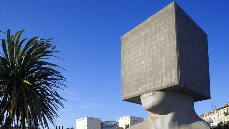 La tête carré du scupteur Sacha Sosno à Nice  (HUGHES HERVÉ / HEMIS.FR)