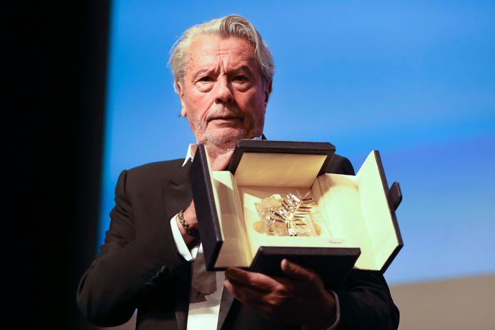 Alain Delonmontre sa Palme d'or d'honneur décernée lors du 72e festival de Cannes, le 19 mai 2019 (VALERY HACHE / AFP)