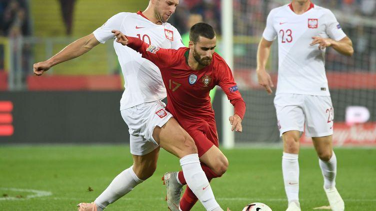 Le Portugais Rafa Silva prend le meilleur sur le Polonais Grzegorz Krychowiak (JANEK SKARZYNSKI / AFP)