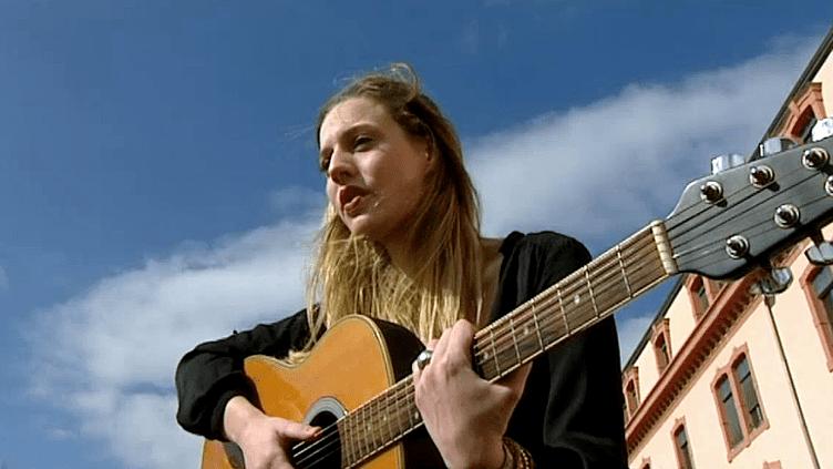 """Méganne Monteillet chante """"Stay Alive"""" pour sensibiliser les jeunes sur les dangers de l'alcool  (France3/Culturebox)"""