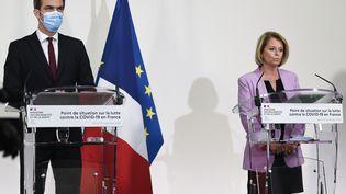 Le ministre de la Santé, Olivier Véran, et la ministre déléguée à l'Autonomie, Brigitte Bourguignon, lors d'un point sur la situation épidémique, le 19 novembre 2020. (BERTRAND GUAY / AFP)