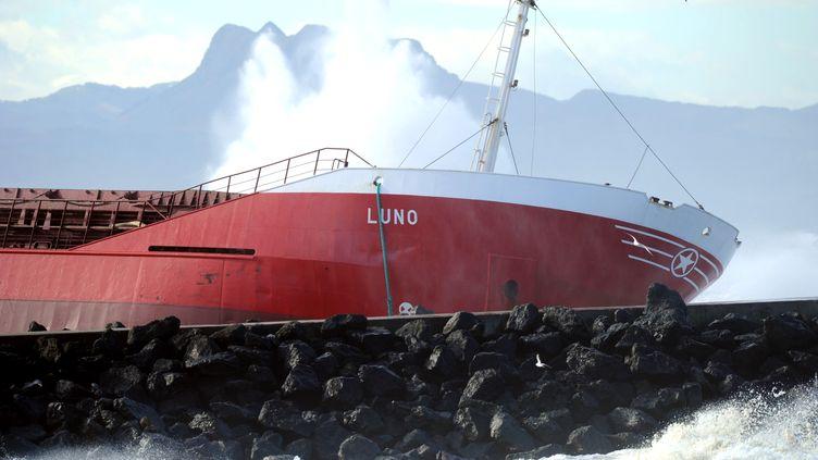 """L'épave du """"Luno"""", lecargo espagnol échoué à Anglet (Pyrénées-Atlantiques), le 6 février 2014. (GAIZKA IROZ / AFP)"""