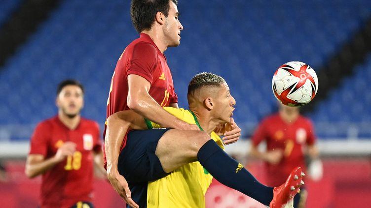 L'Espagnol Eric Garciaprend le dessus sur le BrésilienRicharlison en finale du tournoi olympique à Tokyo, le 7 août. (MARTIN BERNETTI / AFP)