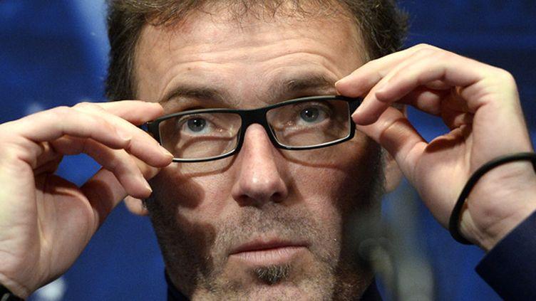 Laurent Blanc ajuste ses lunettes (FRANCK FIFE / AFP)