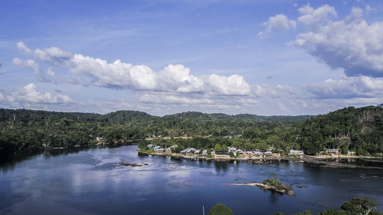 La ville de Camopi en Guyane bordée par le fleuveOyapock à la frontière avec le Brésil, le 19 novembre 2017. (AUTUMN SONNICHSEN / DPA)