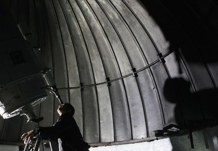 Le météorologue Hermie Quinto observe l'astéroïde 2012 DA 14 dans son téléscope à Manille, aux Philippines, le 16 février 2013. (CHERYL RAVELO / REUTERS)