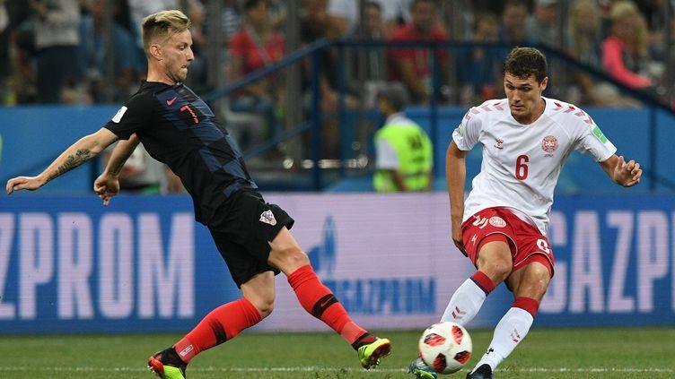 Le Croate Ivan Rakitic à la lutte avec le Danois Andreas Christensen lors du huitième de finale à Nijni Novgorod (Russie), dimanche 1er juillet. (GRIGORIY SOKOLOV / SPUTNIK / AFP)