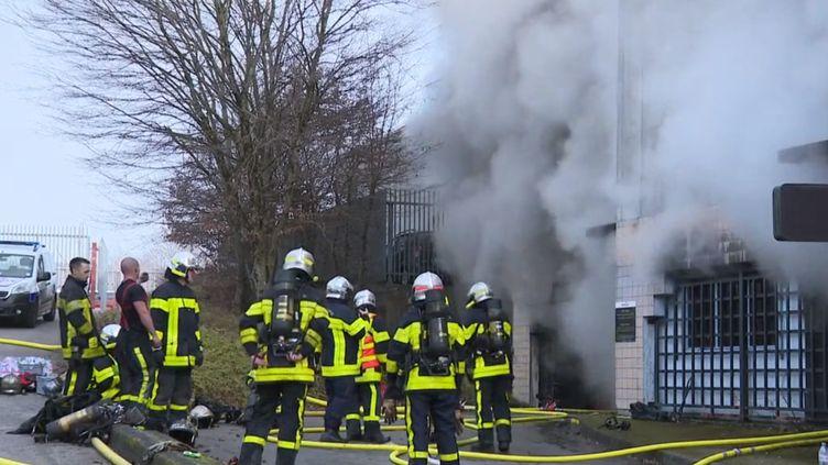 Plus de 120 véhicules ont été brûlés pendant la nuit du Nouvel An, près de la fourrière municipale de Bensaçon (Doubs), dans un incendie criminel. (france 3)