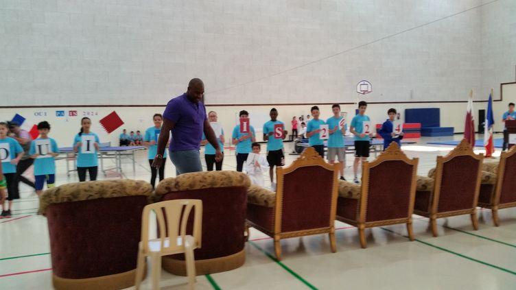 Le double champion olympique de judo Teddy Riner, ici lors d'une visite de la délégation parisienne au Lycée Voltaire franco-qatarien à Doha le 14 novembre,est la vedette du premier grand oral de Paris 2024. (CECILIA ARBONA / RADIO FRANCE)